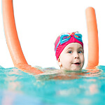 kid-learning-to-swim-with-pool-noodle-istk