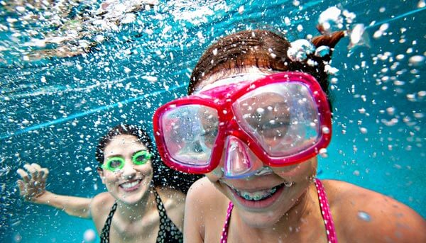 mother-daughter-underwater-pool-istk