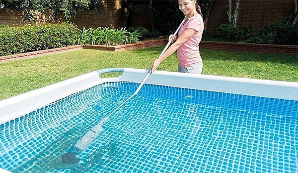 intex-pool-cleaning-with-handheld-vacuum